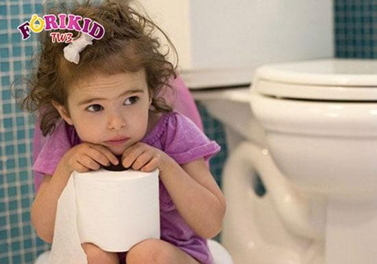 Táo bón khiến bé đi vệ sinh lâu hơn bình thường