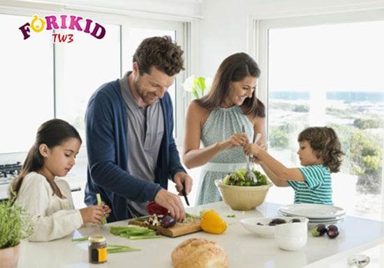 Để bé cùng tham gia nấu ăn cùng cha mẹ sẽ giúp bé trở nên vui vẻ và bớt biếng ăn hơn