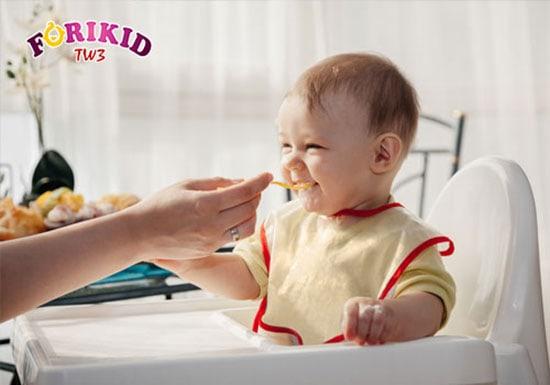Cho bé ngồi đàng hoàng khiến những trẻ biếng ăn sẽ chịu ngồi ngoan và ăn nhiều hơn