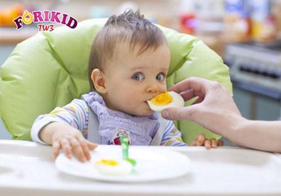Cho trẻ ăn uống đủ dưỡng chất giúp trẻ khỏe mạnh, phát triển toàn diện, không biếng ăn