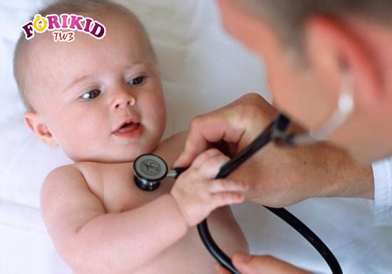 Việc khám cho trẻ sơ sinh là cần thiết để tránh tình trạng táo bón trở nên nặng hơn