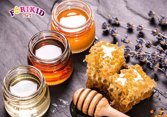 Sử dụng mật ong để trị táo bón cho trẻ sơ sinh là một trong những mẹo khá phổ biến