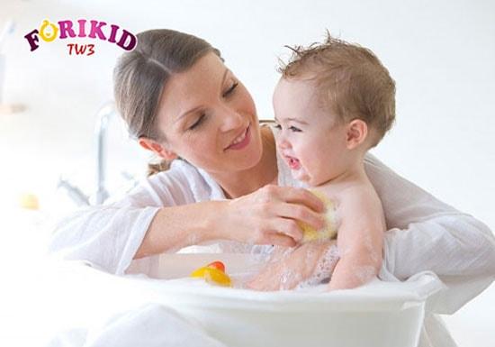 Ngâm nước ấm giúp trẻ sơ sinh đi ngoài dễ hơn