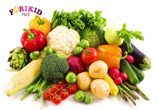 Việc bổ sung rau củ quả sẽ giúp tăng chất xơ cho bé, từ đó cải thiện tình trạng táo bón