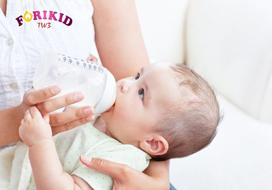 Sữa công thức cũng có thể gây ra tình trạng táo bón ở trẻ sơ sinh