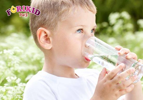 Cho bé uống đủ nước để thanh lọc cơ thể