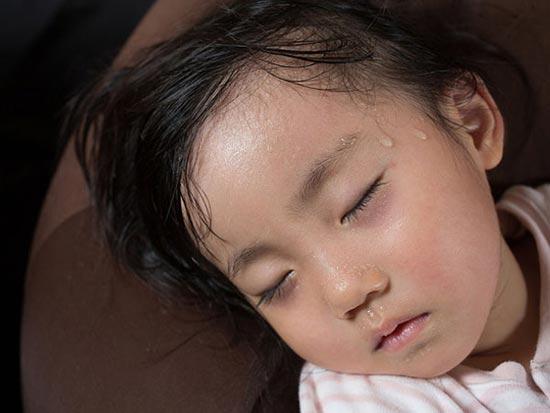 Âm hư khiến trẻ bị táo bón, nóng trong, đổ mồ hôi khi ngủ