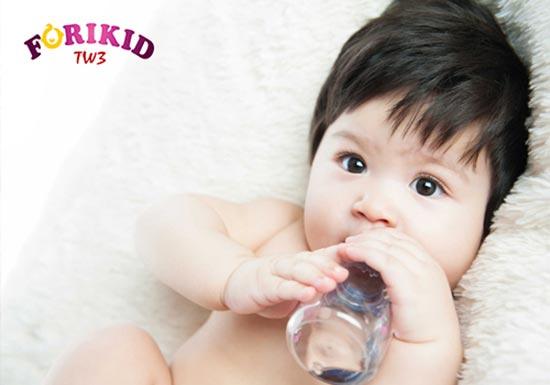 Nóng trong làm trẻ phải bổ sung nhiều nước