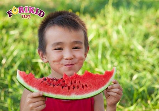 Dưa hấu chứa nhiều nước và vitamin rất tốt cho cơ thể trẻ
