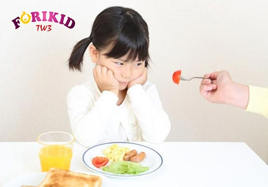 Cho bé ăn những món bé không thích khiến trẻ không hứng thú với ăn uống