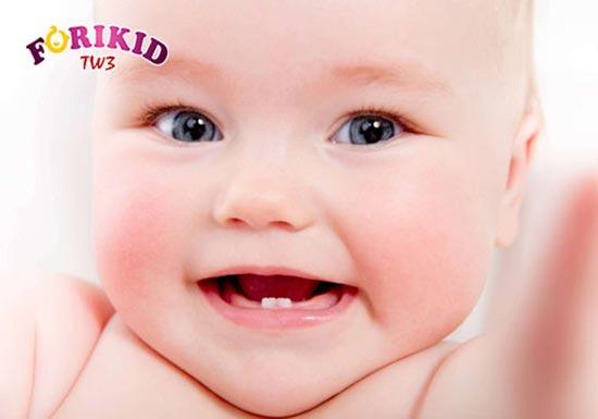 Mọc răng khiến trẻ nóng sốt kèm theo đó có thể là nhiệt miệng