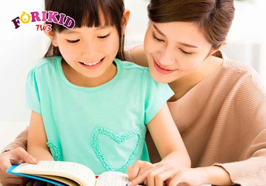 Mẹ trò chuyện thường xuyên với giúp bé giải tỏa áp lực