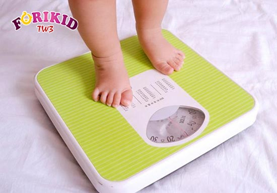 Dấu hiệu trẻ sơ sinh bị nóng trong là chậm tăng cân