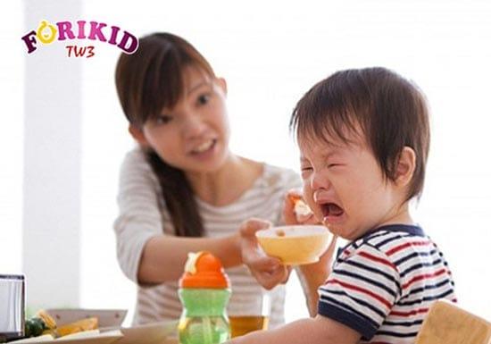 Miệng đau sưng do bị nhiệt khiến trẻ ăn không ngon miệng