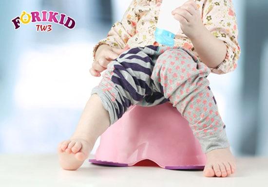 Tập cho bé thói quen đi vệ sinh đều đặn