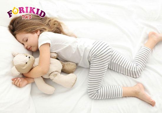 Mẹ thay tã lót thường xuyên để đảm bảo giấc ngủ cho bé