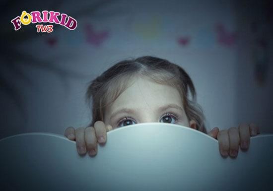 Trẻ sợ bóng tối, sợ ma không giám đi tiểu