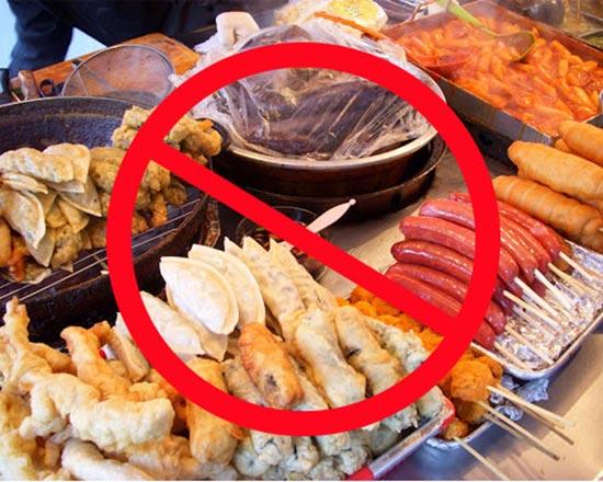 Đồ ăn nhiều dầu mỡ không tốt cho trẻ bị nóng trong