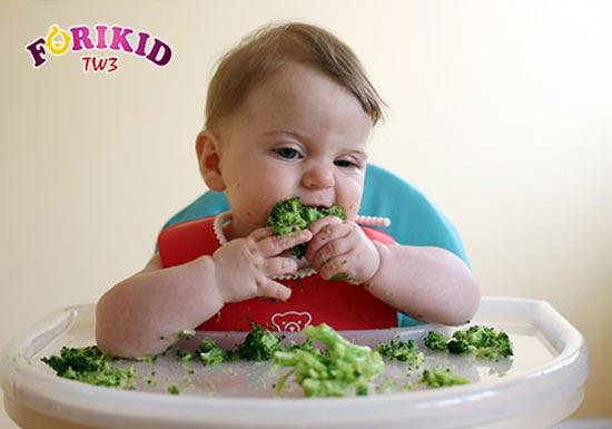 Bé hứng thú hơn với việc ăn uống khi được tự ăn
