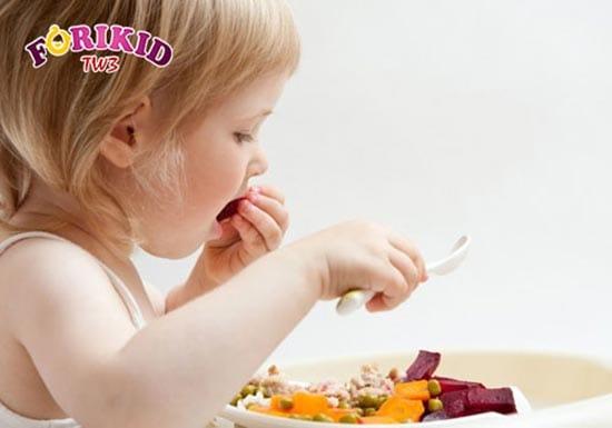 Con tự dùng thìa ăn như các thành viên trong gia đình tạo cảm giác thích thú hơn khi ăn