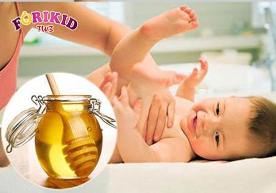 Mẹ có thể sử dụng mật ong trị táo bón cho bé để có hiệu quả ngay