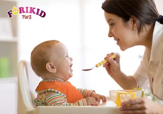 Tùy thuộc vào độ tuổi mà mẹ có một chế độ ăn dặm cho bé