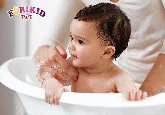 Nước ấm sẽ làm trẻ dễ chịu hơn, đồng thời kích thích nhu động ruột rất tốt