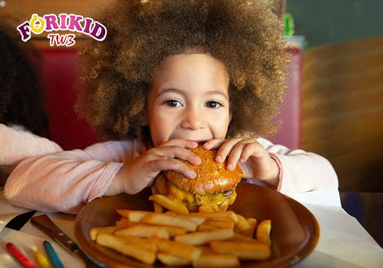 Đồ ăn nhanh vừa không tốt cho sức khỏe của trẻ mà lại còn khiến cho trẻ bị táo bón