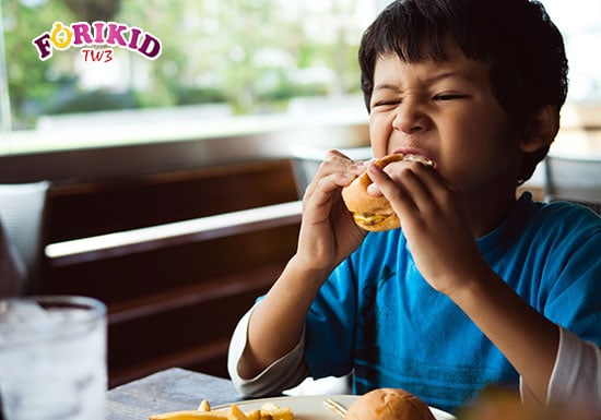 Trẻ ăn đồ chiên rán nhiều sẽ khiến cơ thể bị nóng trong và khiến tình trạng rôm sảy tệ hơn