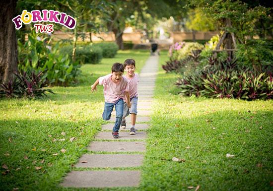 Vui chơi, chạy nhảy giúp kích thích nhu động ruột hoạt động tốt hơn và hạn chế nguy cơ táo bón