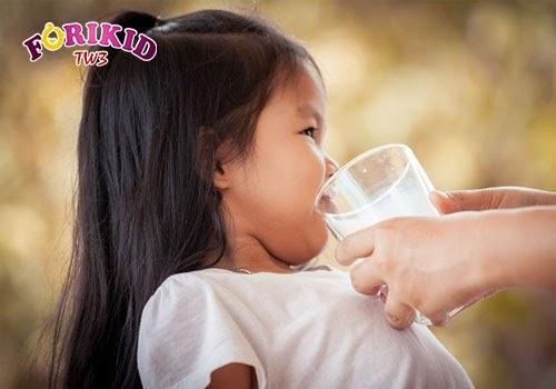 Việc trẻ lười uống nước khiến cho tình trạng táo bón thêm phần trầm trọng