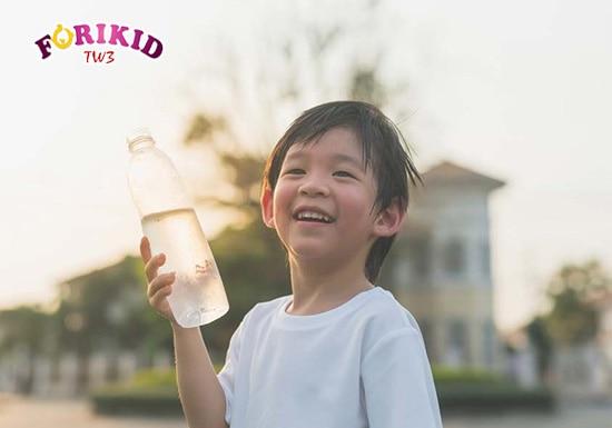 Đảm bảo lượng nước cho trẻ là cách chữa táo bón đơn giản nhất
