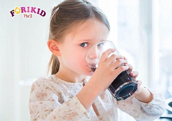 Mặc dù là thức đồ uống khoái khẩu nhưng mẹ cũng không nên cho trẻ uống nước ngọt khi đang bị rôm sảy
