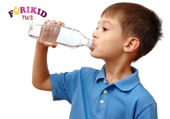 Nước vô cùng tốt cho cơ thể cũng như tiêu hóa ở trẻ