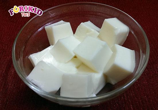 Sữa chua dẻo là món ăn tráng miệng phù hợp dành cho trẻ mới ốm dậy