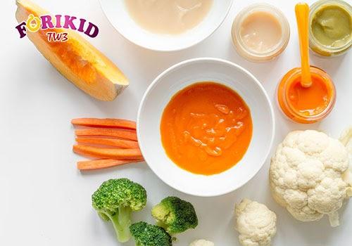 Việc thay đổi chế độ ăn từ sữa mẹ sang ăn dặm cũng có thể khiến trẻ bị táo bón