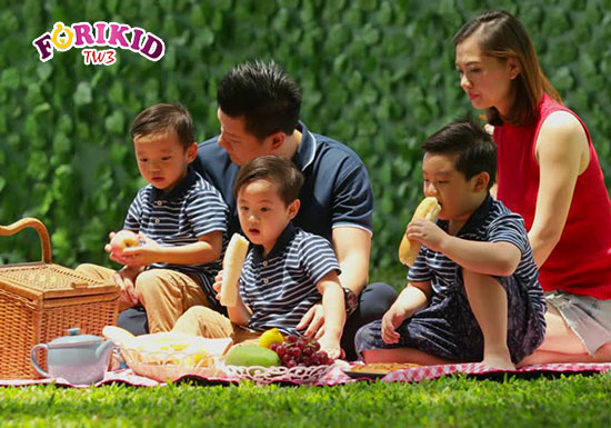 Những bữa ăn ngoài trời sẽ kích thích bé ăn ngon miệng hơn hẳn so với mãi ngồi ăn trong phòng bếp
