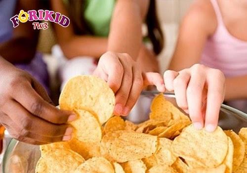 Việc ăn vặt nhiều và không hợp lý khiến trẻ ăn không ngon miệng, chán ăn