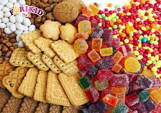 Bánh kẹo ngọt là loại đồ ăn cần tránh hàng đầu đối với trẻ mới ốm dậy