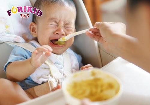 Việc không đi tiêu được dẫn tới việc bé sẽ không muốn tiếp nhận thêm thức ăn mới