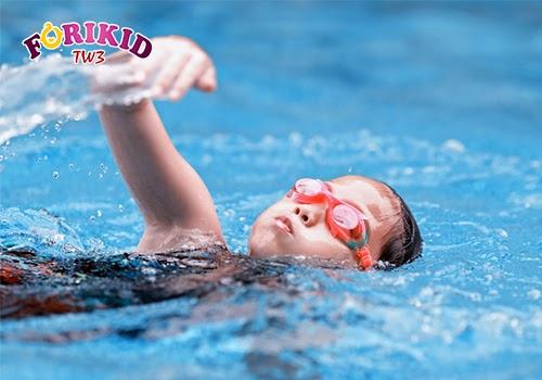 Vận động thể chất như là bơi lội là biện pháp cải thiện chiều cao rất tốt