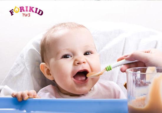 Chú ý tới chế độ dinh dưỡng và thực phẩm cũng là biện pháp cải thiện tình trạng táo bón ở trẻ rất tốt