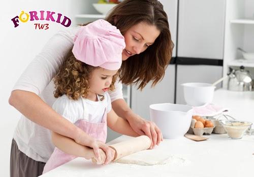 Cho bé tham gia vào quá trình nấu nướng cũng là mẹ giúp trẻ ăn ngon miệng hơn