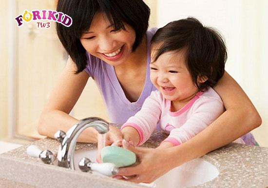 Bạn có thể giữ vệ sinh cho bé từ những hành động đơn giản nhất như rửa tay bằng xà phòng
