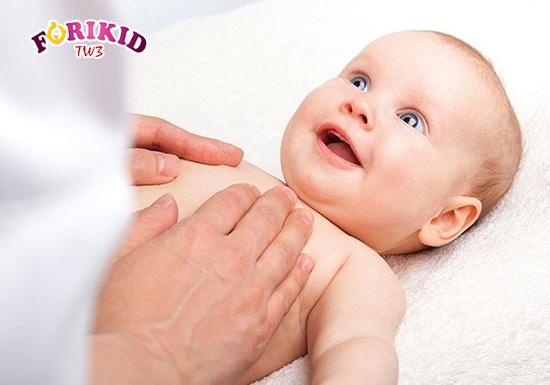 Việc massage giúp kích thích nhu động ruột hoạt động tốt hơn từ đó cải thiện táo bón ở trẻ