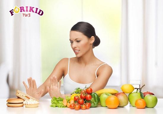 Mẹ nên ăn nhiều hoa quả, rau xanh để tăng lượng chất xơ có trong dinh dưỡng của trẻ