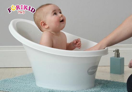 Cho trẻ ngâm mông vừa giúp cải thiện tình trạng táo bón mà lại giúp trẻ dễ chịu hơn
