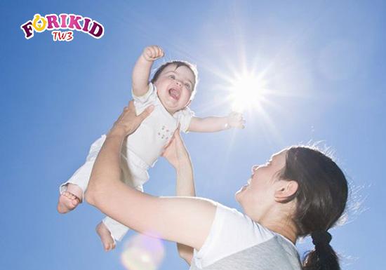 Tắm nắng là phương pháp phổ biến cải thiện tình trạng còi xương chậm lớn ở trẻ
