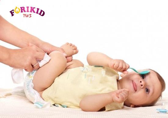 Tình trạng táo bón ở trẻ 2 tháng tuổi sẽ có một số dấu hiệu mà mẹ có thể nhận ra