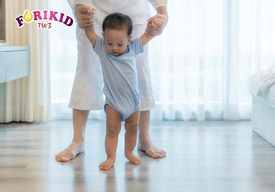 Việc cho bé vận động nhẹ nhàng như tập đi, tập đứng cũng là cách giải quyết tình trạng táo bón hữu hiệu